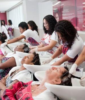 Em qualquer unidade do BN, o atendimento segue um padrão. Antes de sair, com o cabelo tratado, a cliente passa por sete profissionais diferentes (Foto: Divulgação/Instituto Beleza Natural)