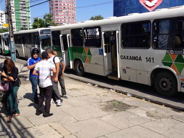 Motoristas pararam ônibus na Av. Cruz Cabugá, na frente da Assembleia de Deus, por mais de meia hora. Passageiros desceram dos coletivos para seguir a pé (Foto: Reprodução / WhatsApp)