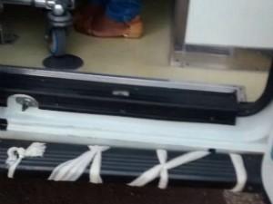 Parachoque de ambulância do Samu de São Carlos amarrado com ataduras (Foto: VC no G1)