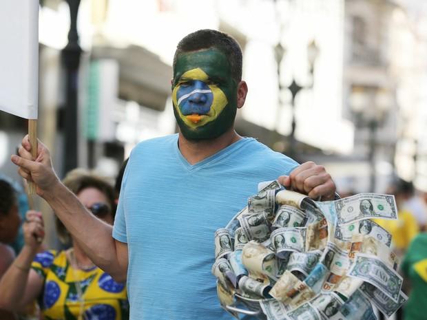 Manifestantes protestam contra o governo federal, em Curitiba (Foto: Giuliano Gomes/ PRPRESS)