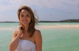 Isabelle Drummond faz ensaio em praia da Disney