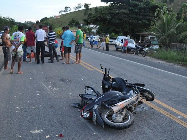 Motocicletas bateram de frente em rodovia no sul do estado (Foto: Danuse Cunha / Itamaraju Notícias)