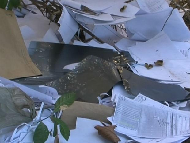 Documentos do INSS são achados espalhados em rodovia federal da BA