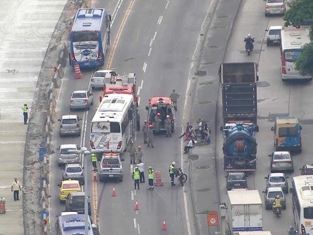 Acidente entre dois ônibus na Avenida Brasil (Foto: Reprodução/ TV Globo)