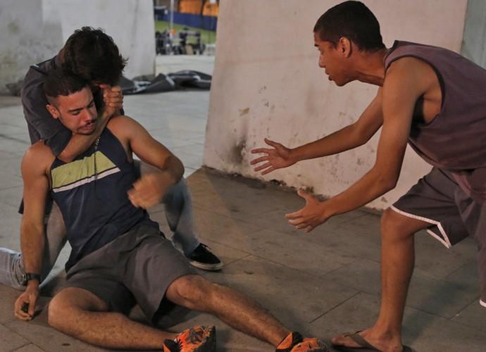 Só que Riscado aparece para alertar Jonatas (Foto: Fabio Rocha/Gshow)