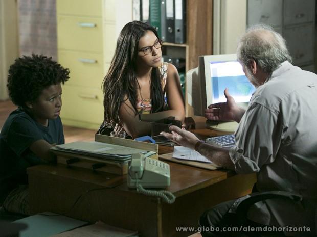 Celina denuncia o desaparecimento de Berenice (Foto: Alem do Horizonte / TV Globo)