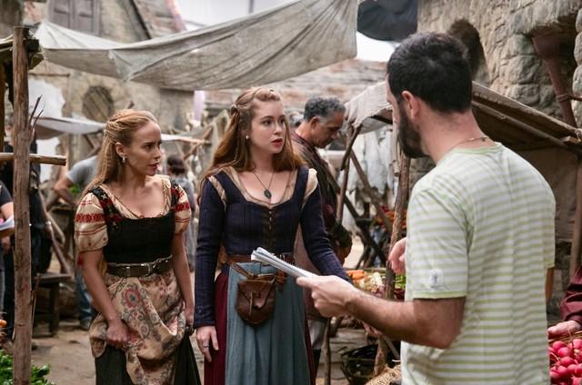 O diretor Pedro Brenelli com Fernanda Nobre e Marina Ruy Barbosa no set de 'Deus salve o rei' (Foto: Marília Cabral/TV Globo)