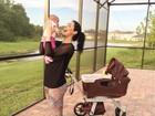 Bella Falconi leva filha na varanda de casa pela primeira vez