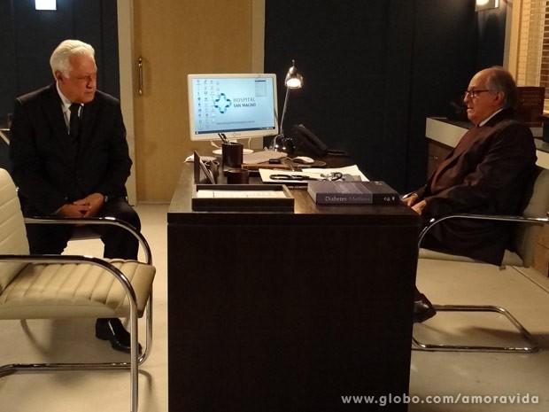 César avisa que Lutero continuará apenas com os residentes (Foto: Amor à Vida / TV Globo)