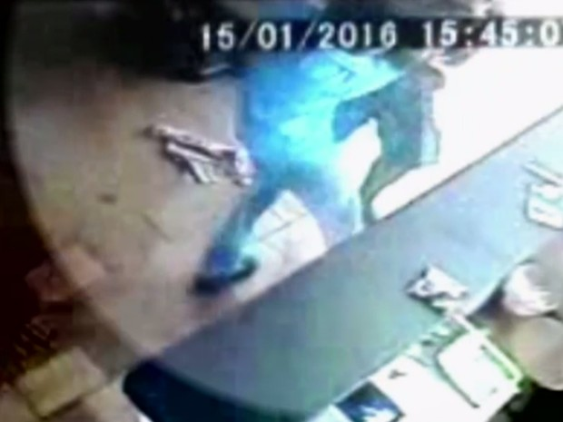 Imagens mostram frentista sendo agredido em posto de Três Ranchos Goiás (Foto: Reprodução/ TV Anhanguera)