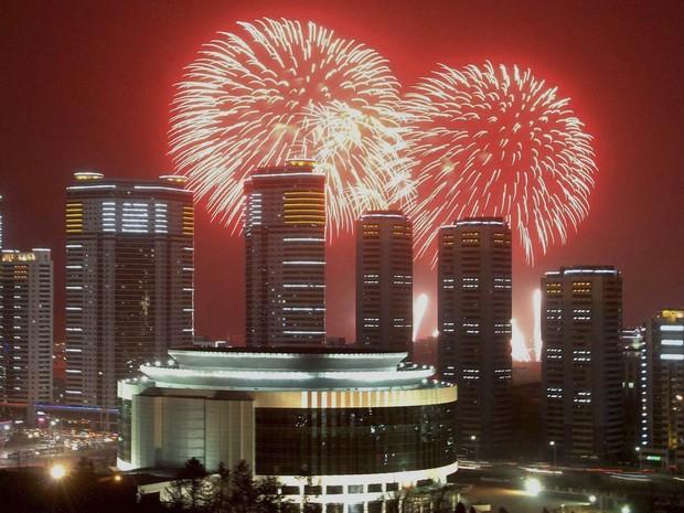 Fogos de artifício explodem por trás de prédios de Pyongyang, na Coreia do Norte (Foto: Reuters/KCNA)