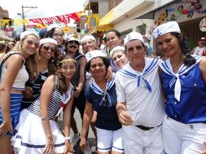 Família de 'marinheiros' veio do Recife para a Folia dos Papangus, em Bezerros, Pernambuco (Foto: Alessandra Costa/ G1)