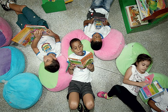 Alunos na biblioteca da Escola Djanira Benetti, em Valparaíso, São Paulo   (Foto: Rubens Cardia/Época)