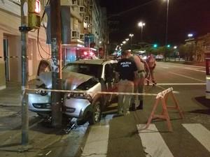 Carro colidiu contra um poste  (Foto: Paulo Ledur/RBS TV)