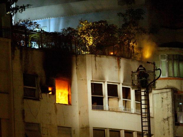 Incêndio atinge prédio em Copacabana na noite desta segunda-feira (13) (Foto: Marcos Tristão / Agência O Globo)