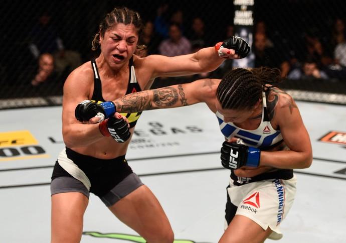 Raquel Pennington venceu Bethe Correia por decisão dividida (29-28. 28-29 e 29-28) (Foto: Getty Images)