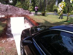 Cova para enterrar carro de cerca de R$ 1 milhão foi aberta no quintal da mansão de Scarpa (Foto: Tatiana Santiago/G1)