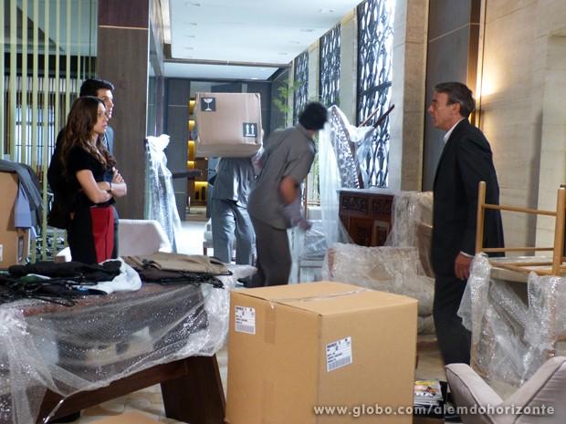 Thomaz leva um susto ao ver seus móveis no meio do escritório (Foto: Além do Horizonte/TV Globo)