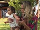 De biquíni, Deborah Secco posta foto com a filha, Maria Flor