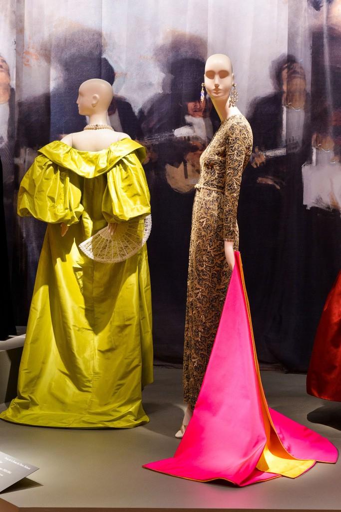 """Exposição """"The Glamour and Romance of Oscar de la Renta"""" em Houston (Foto: Reprodução/WWD)"""