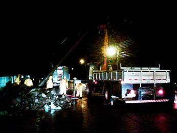 Equipes trabalharam na madrugada após estragos do temporal (Foto: Fabio Lehmen/RBS TV)