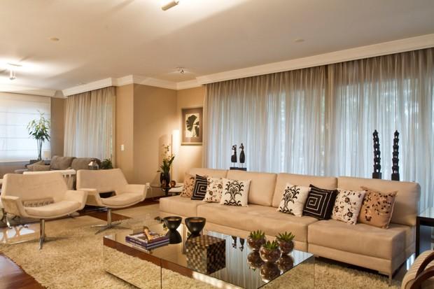 O clássico é garantido com almofadas diferentes e claras (Foto: Camila Klein)