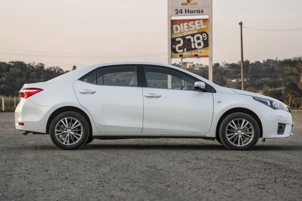 Corolla tem perfil clássico, mas recortes angulosos dão modernidade ao estilo (Foto: Fabio Aro/Autoesporte)