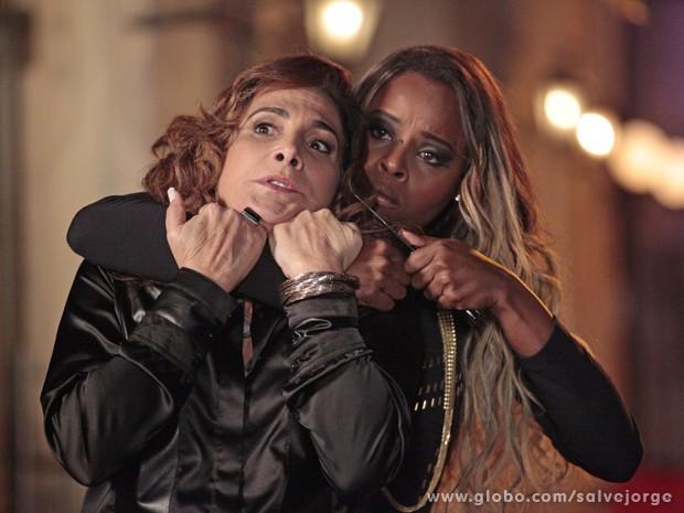 Vanúbia faz Wanda de refém (Foto: Salve Jorge/TV Globo)