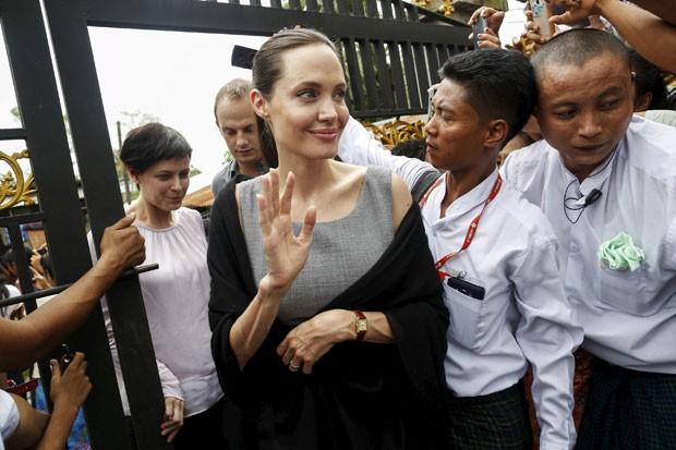 A atriz americana Angelina Jolie, enviada especial da ONU, chega para visitar trabalhadoras da indústria têxtil em Mianmar neste sábado (1º) (Foto: Soe Zeya Tun/Reuters)