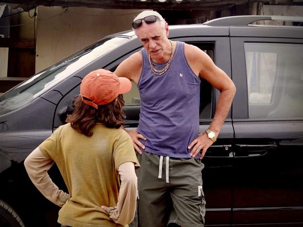 Leleco fica boquiaberto ao saber a verdade sobre passado de Max (Foto: Avenida Brasil/TV Globo)