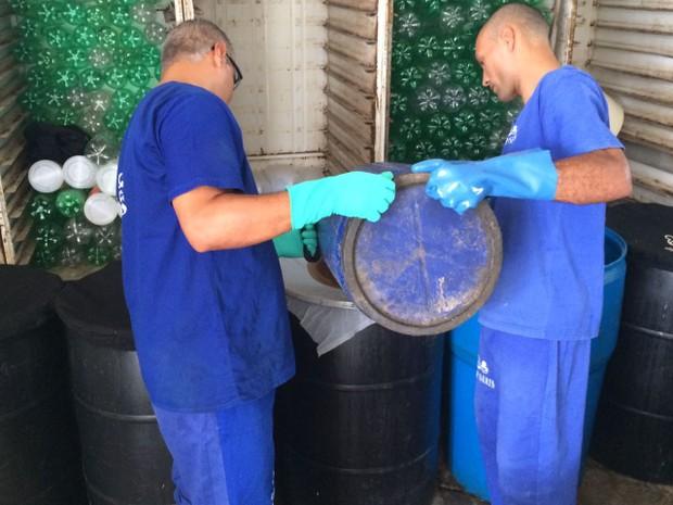 Presos aprendem a  fazer produtos de limpeza ecológico (Foto: Michelle Farias/G1)