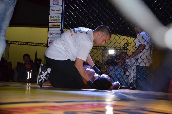 Tony Bergamo recebe o primeiro atendimento médico no octógono do Capixaba Fight (Foto: Dani Duarte)