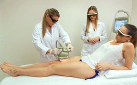 Luana Piovani testa tratamento para celulites nas pernas