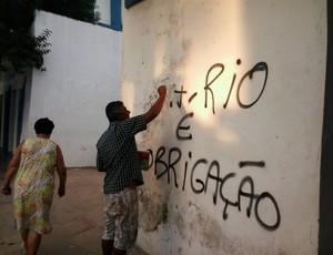 Pichação muro Aryzão Goytacaz (Foto: Israel Freitas/InterTV)