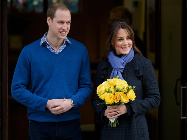 O príncipe britânico William e Kate Middleton deixam o hospital King Edward VII nesta quinta-feira (6) (Foto: AFP)