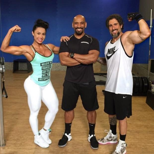 Gracyanne Barbosa e Marcos Mion com o personal Januário (Foto: Reprodução/Instagram)