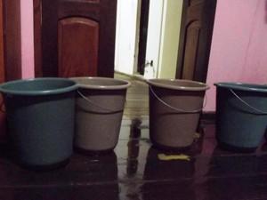 Alunas recorreram a baldes para tentar evitar a entrada da água (Foto: Reprodução da internet)