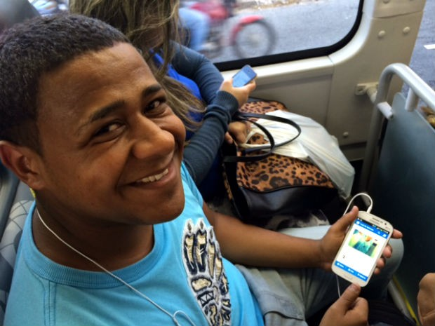 """O ajudante de montagem Leandro Francisco, 20: """"eu estou usando [a internet] para tudo"""" (Foto: Amanda Previdelli/G1)"""