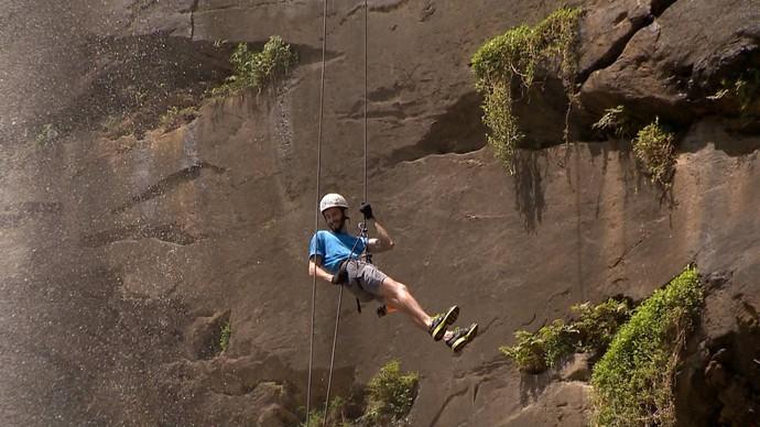 Diegou encarou o maior rapel de cachoeira no ES (Foto: Divulgação/ TV Gazeta ES)