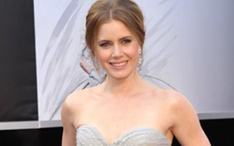 Vestido clássico de festa é escolha de Amy Adams para o Oscar