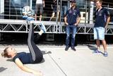 Húngara dá aula de futebol freestyle  para Vettel e Ricciardo no paddock