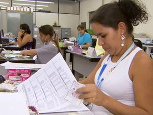 Profissionais trabalham no setor administrativo (Foto: Reprodução / EPTV)