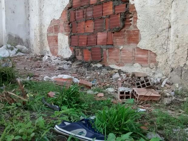Obra irá reforçar com concreto armado a atual estrutura de tijolos da penitenciária (Foto: Camila Torres/TV Globo)