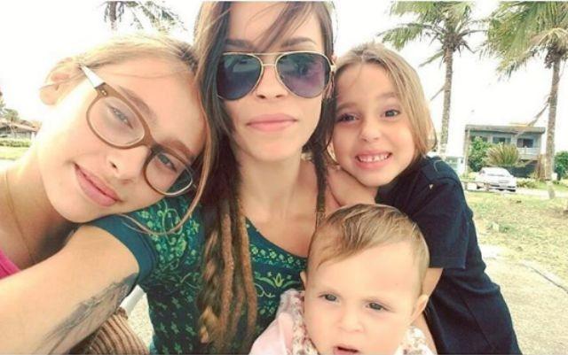 Gisele Frade com as filhas (Foto: Reprodução)