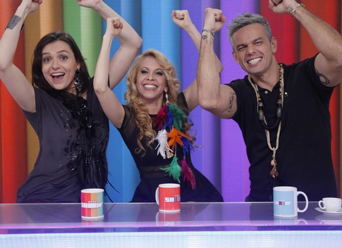 Monica Iozzi e Otaviano Costa reproduzem, ao lado de Joelma, gesto de vitória (Foto: Artur Meninea / Gshow)