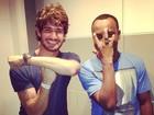 Alexandre Pato e Thiaguinho 'trocam poses' em foto