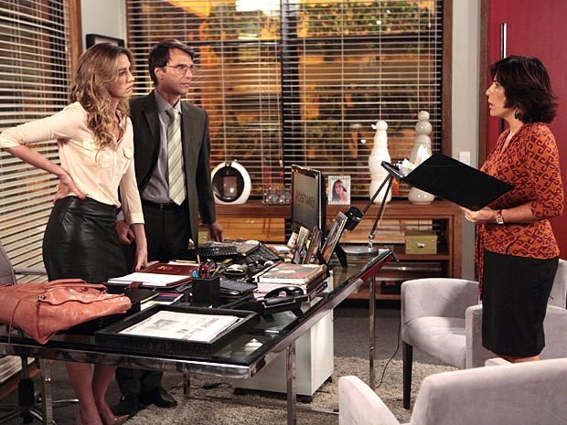 Roberta vê os documentos que estavam com Vânia e Dino (Foto: Guerra dos Sexos / TV Globo)