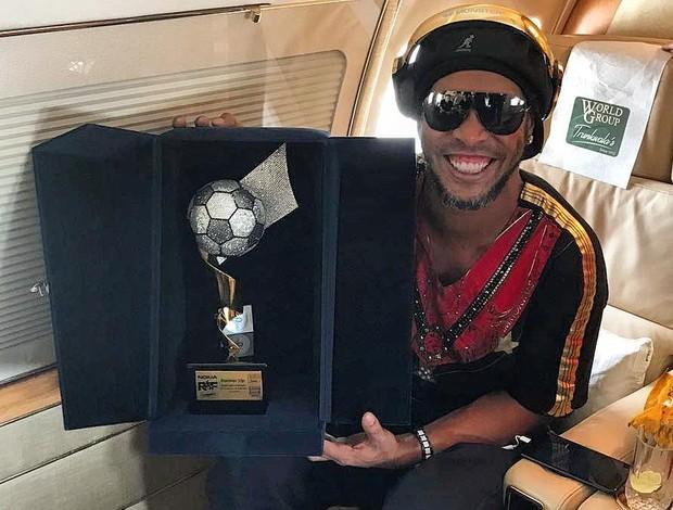 BLOG: Ronaldinho perde pênalti, mas vence time de Giggs e volta com troféu do Paquistão