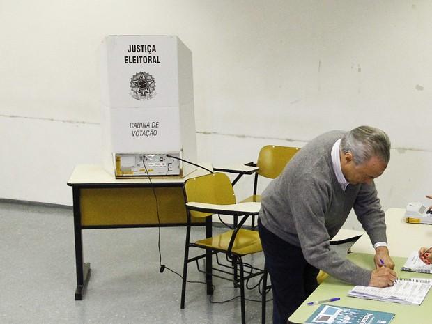 Presidente da República Michel Temer vota, em São Paulo, na manhã deste domingo (02) na PUC do bairro das Perdizes zona oeste da capital (Foto: Aloisio Mauricio/ Estadão Conteúdo)