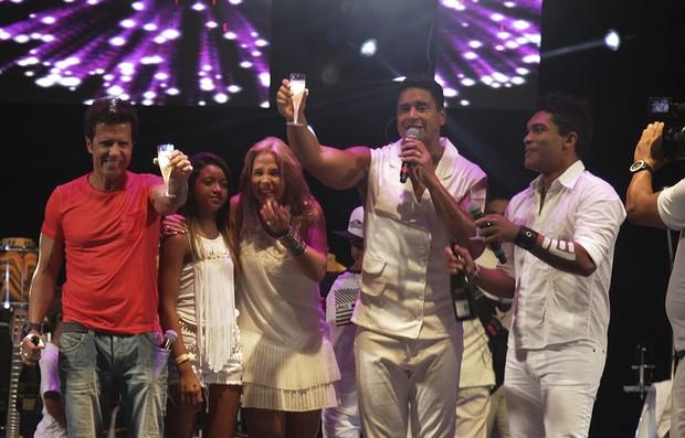 Xanddy com a família no palco de show em Guarajuba, na Bahia (Foto: Elielson Pita e Sergio de Souza/Divulgação)